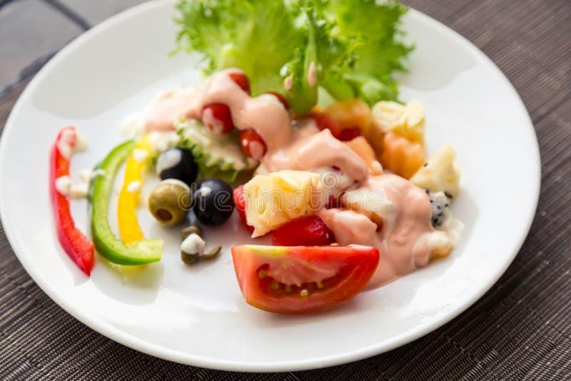 Download Ogórkowej świeżej Sałaty Mieszanki Sałatkowy Pomidorowy Warzywo Obraz Stock - Obraz złożonej z sałata, olej: 57651373