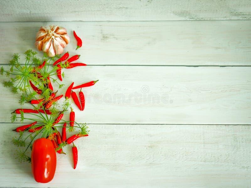 ogórkowy karmowy świeży zdrowy produkty spożywcze pomidorowi jarzynowi warzywa biały Pieprze, pomidory, czosnek, chili pieprz na  fotografia royalty free