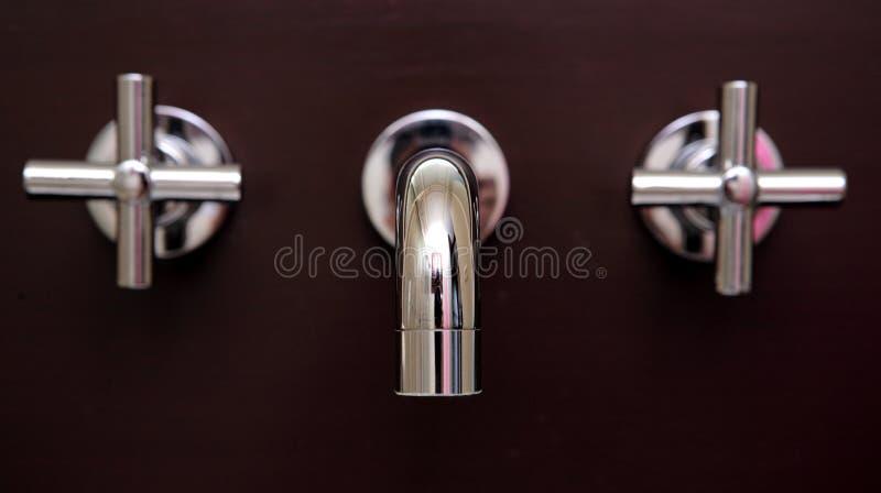 ogłuszanie nowy lśniący łazienki krany zdjęcie stock