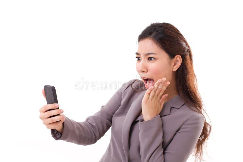Ogłuszona biznesowej kobiety odbiorcza zła wiadomość od jej mądrze telefonu zdjęcie royalty free
