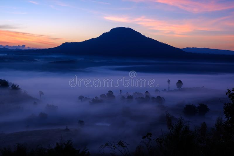 Og im Morgensonnenaufgang bei Khao Takhian Ngo View Point bei Khao-kho stockfoto