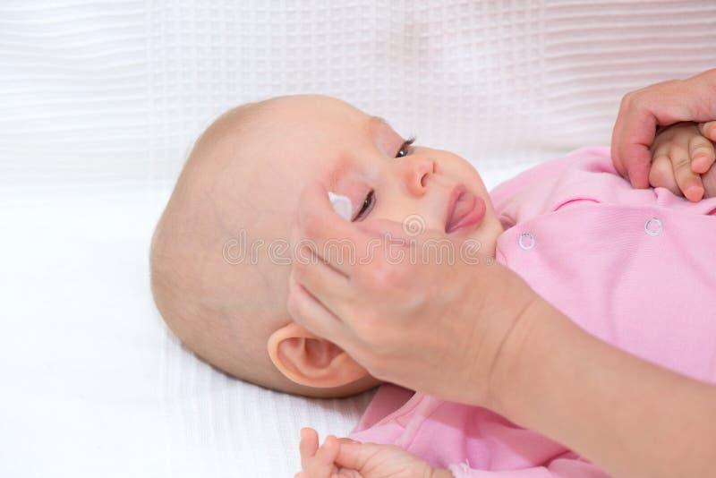 https://thumbs.dreamstime.com/b/ogen-van-de-moeder-de-schoonmakende-baby-64291975.jpg