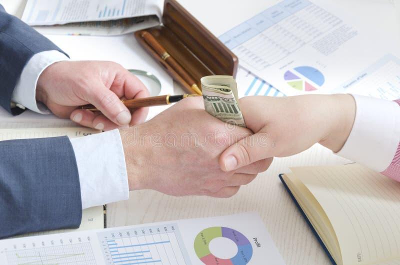 Ogenblik van corruptiehandeling Man en vrouw die oneerlijkheidovereenkomst maken royalty-vrije stock afbeelding