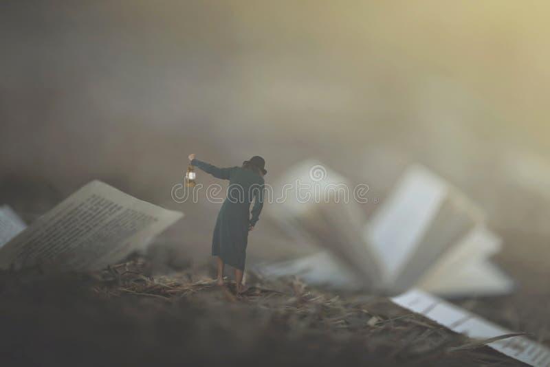 ogenblik van een vrouw met lantaarn lopen verward in de mist tussen pagina's en boeken royalty-vrije stock fotografie