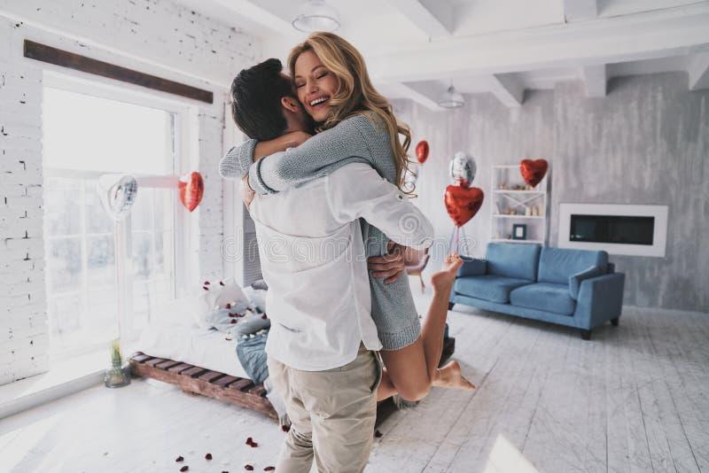 Ogenblikken van intimiteit Het mooie jonge paar omhelzen en smilin stock foto's