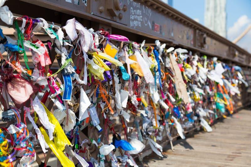 Oggetti allegati al ponte di Brooklyn immagine stock libera da diritti