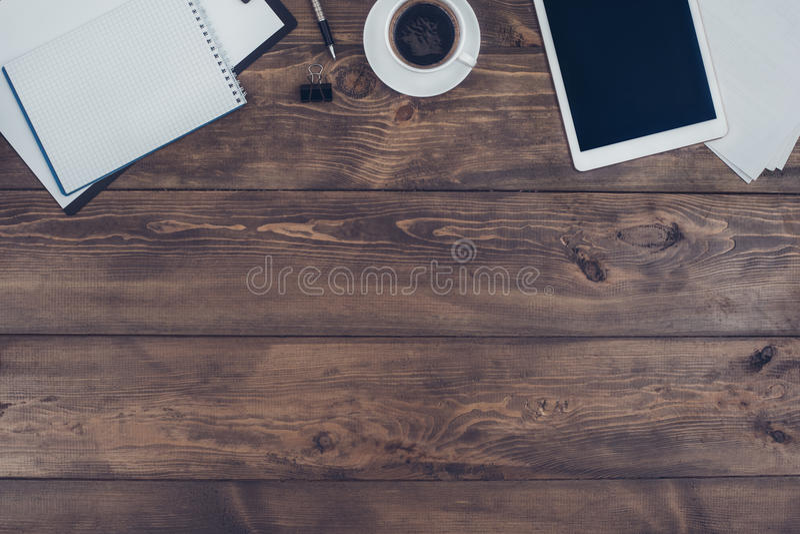 Oggetti business isolati sulla tavola di legno dell'ufficio fotografia stock
