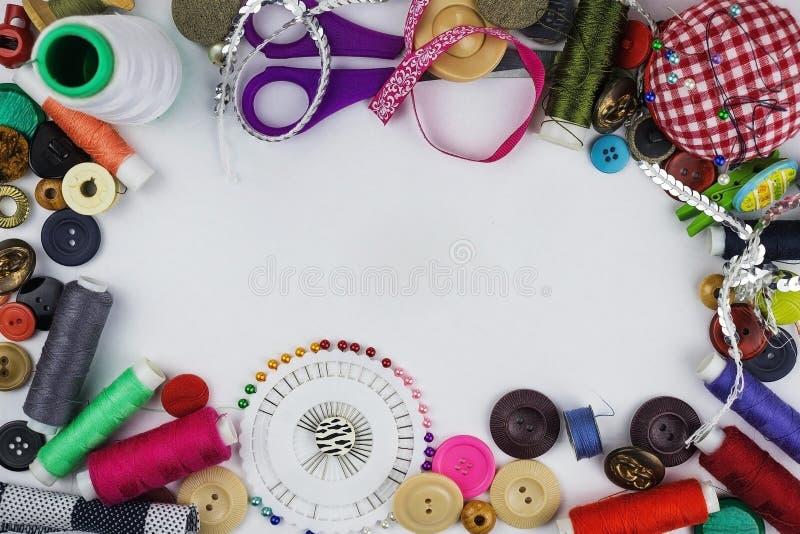 Oggetti d'adattamento variopinti su un fondo bianco fotografia stock