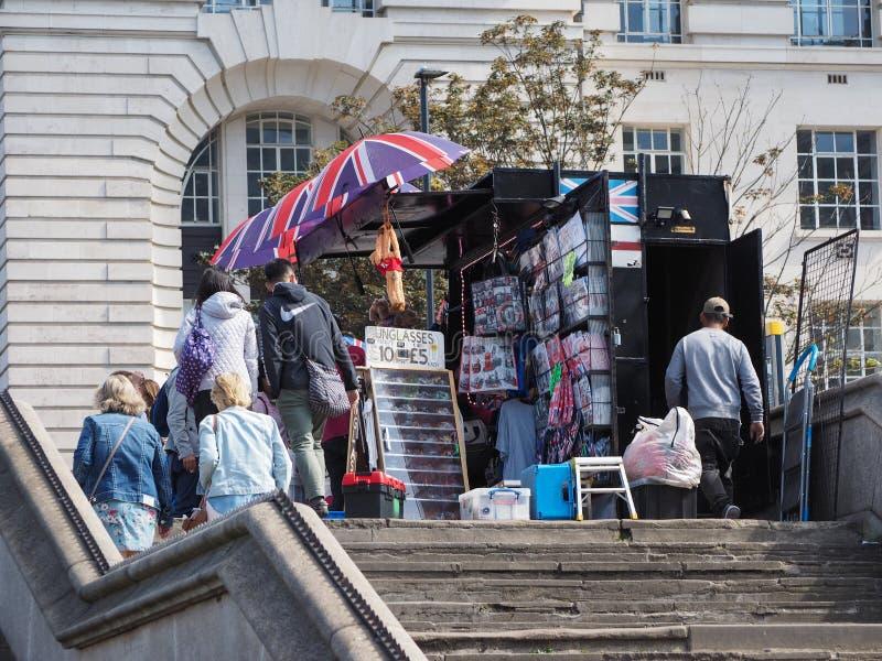 oggetti da collezione e negozio di ricordi fuori dal ponte di Westminster a Londra fotografia stock libera da diritti