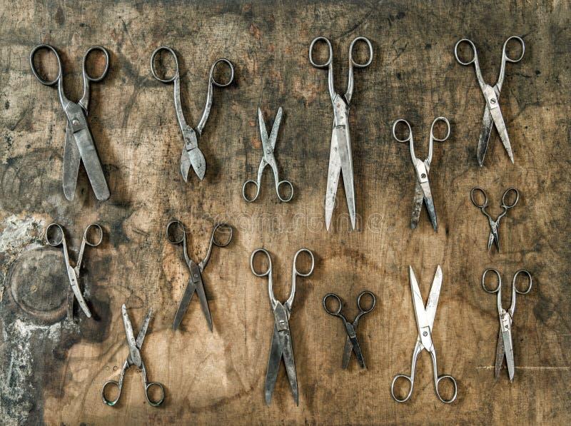 Oggetti di legno dell'oggetto d'antiquariato del fondo di forbici d'annata immagini stock libere da diritti