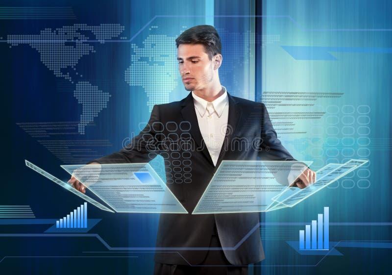 Oggetti di pressatura dell'uomo d'affari su un pannello del touch screen fotografia stock libera da diritti