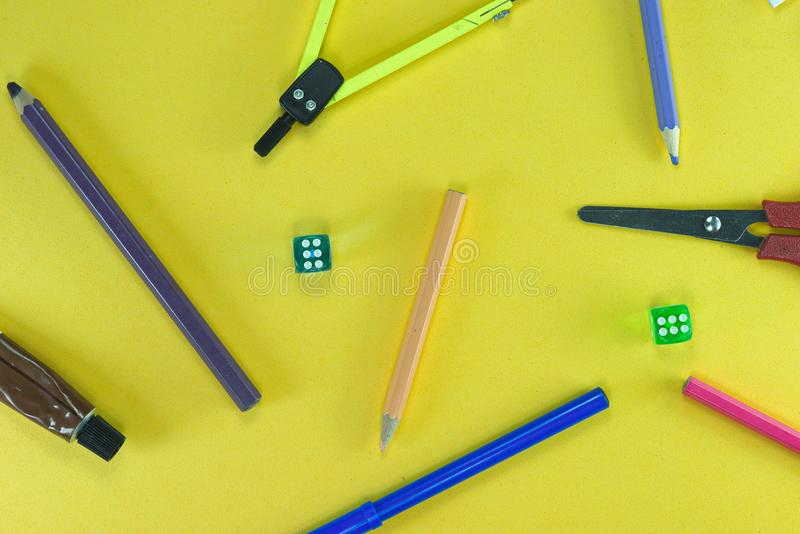 Oggetti e dadi della scuola immagini stock