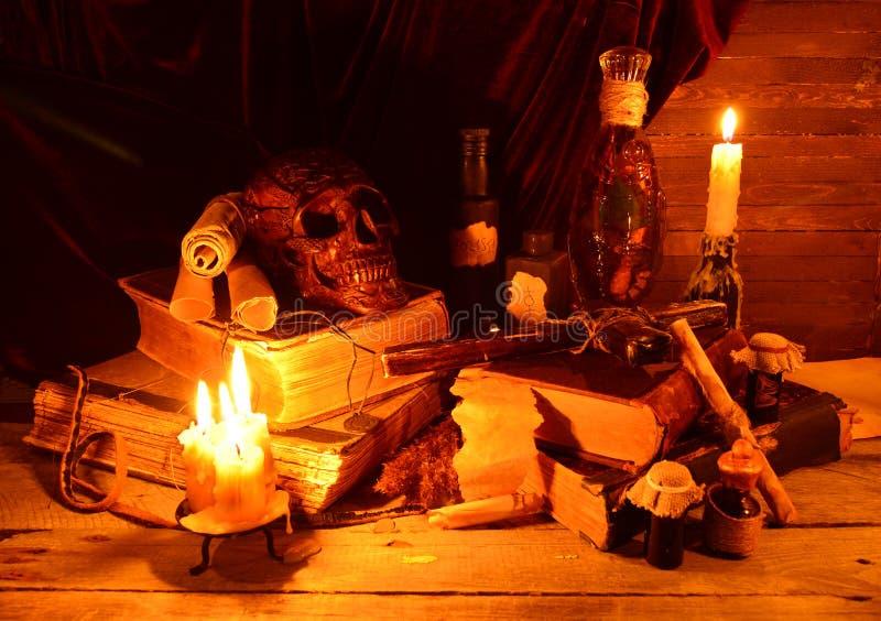 Oggetti magici degli stregoni nel lume di candela immagini stock