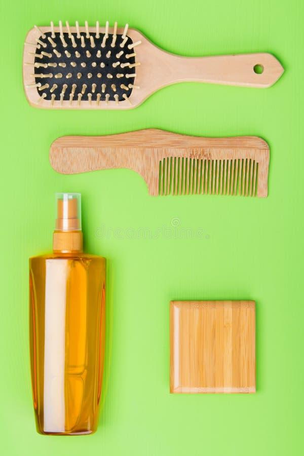 oggetti per la designazione capelli ricci, pettine e dello spruzzo lunghi, bugia su un fondo verde fotografia stock libera da diritti