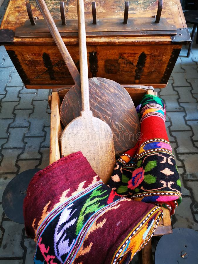 Maschere rumene tradizionali fotografia stock immagine for Case in legno rumene