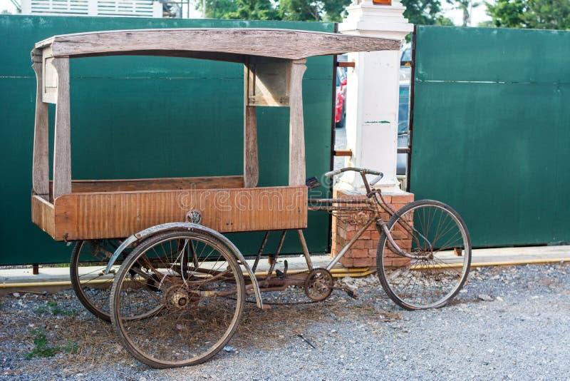 Oggetto d'antiquariato della bicicletta del triciclo fotografia stock
