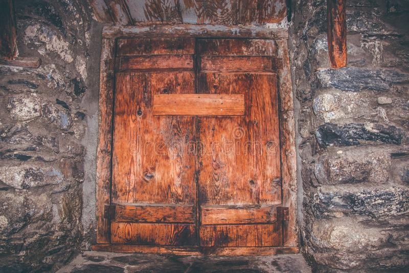 Oggetto d'antiquariato e finestre di legno rustiche con i dettagli del ferro immagini stock libere da diritti