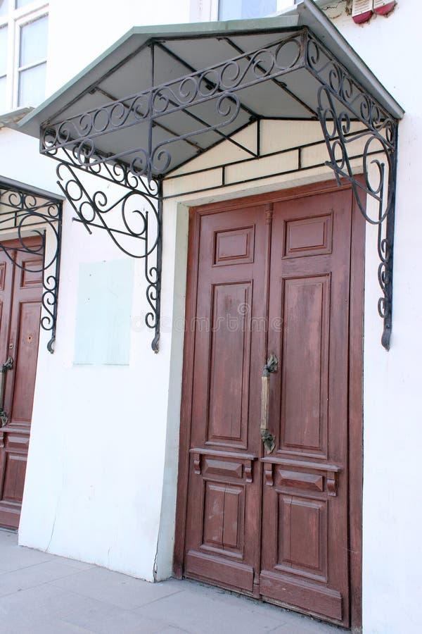 Oggetto d'antiquariato, porta, rosso, città, architettura, visiera forgiata, portico Fine del XIX secolo fotografia stock