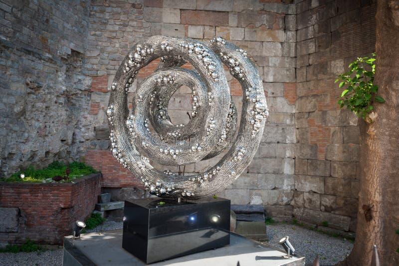 Oggetto di arte moderna fatto di alluminio nel centro della città di Barcellona immagini stock libere da diritti
