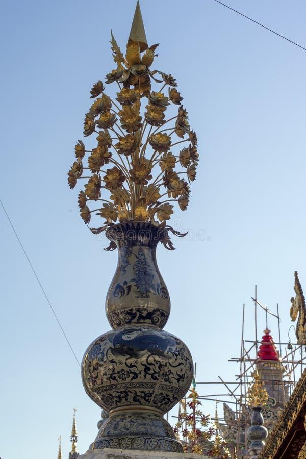 Oggetto floreale decorativo, Wat Ming Muang, Chiang Rai, Tailandia fotografia stock libera da diritti