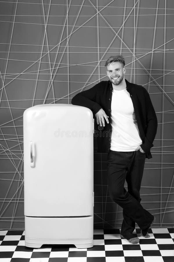 Oggetto luminoso dell'interno degli elettrodomestici del frigorifero Progettista che aggiunge accento all'interno Giallo d'annata fotografie stock libere da diritti
