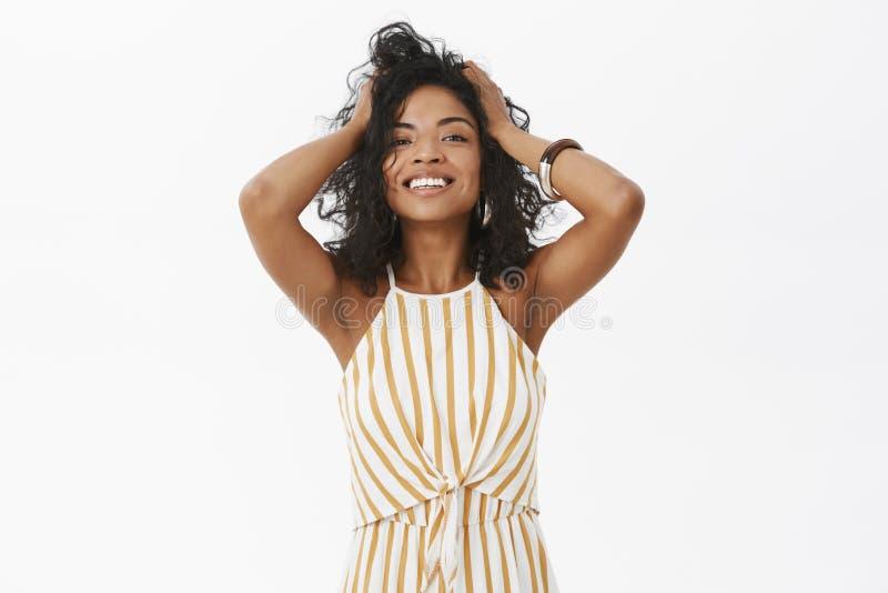 Oggi femminile di sensibilità della ragazza bello e Incantare gioco afroamericano tenero della femmina dello stylisht felice e co immagini stock libere da diritti