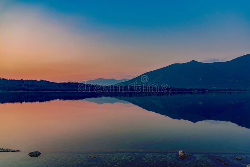 Oggiono jezioro przy zmierzchem zdjęcie stock