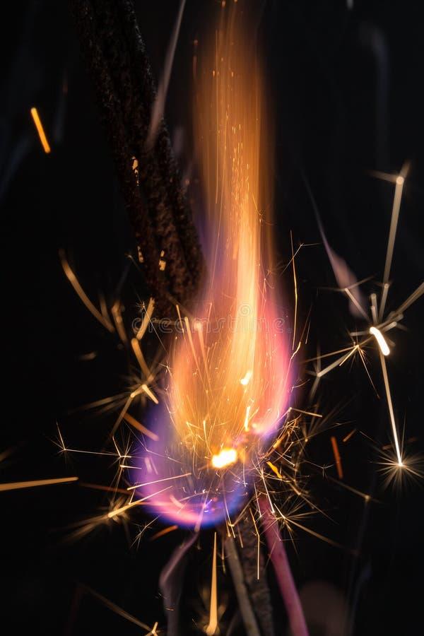Ogień i iskry zbliżenie zdjęcie royalty free