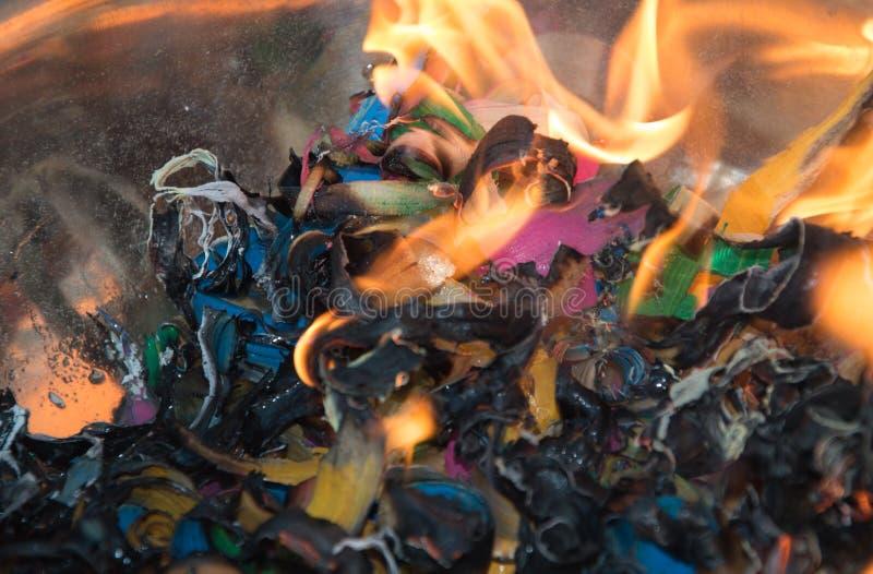 Ogień i płomienie z burnt ściółką obrazy stock
