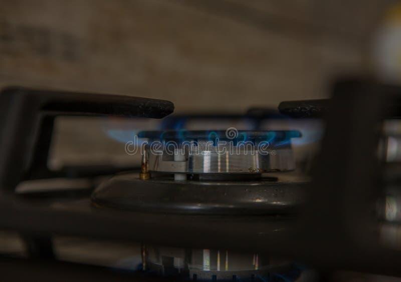 Ogień na benzynowej kuchenki palniku Palnik benzynowa kuchenka, pojęcie energia zbliżenie, selekcyjna ostrość fotografia stock