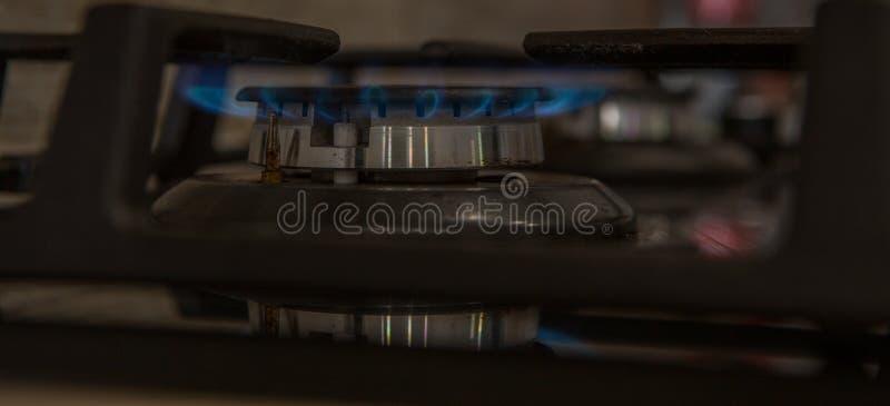 Ogień na benzynowej kuchenki palniku Palnik benzynowa kuchenka, pojęcie energia zbliżenie, selekcyjna ostrość zdjęcie stock