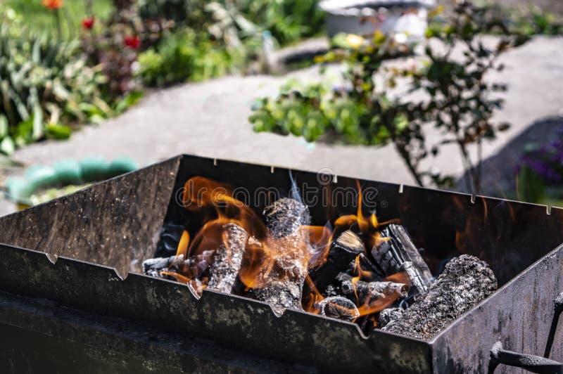 Ogień na węglach w grilla słonecznego dnia zbliżeniu obraz royalty free