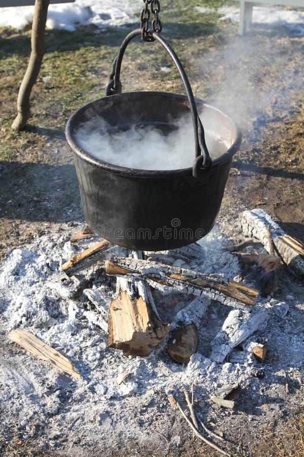 ogień nad garnkiem obraz royalty free