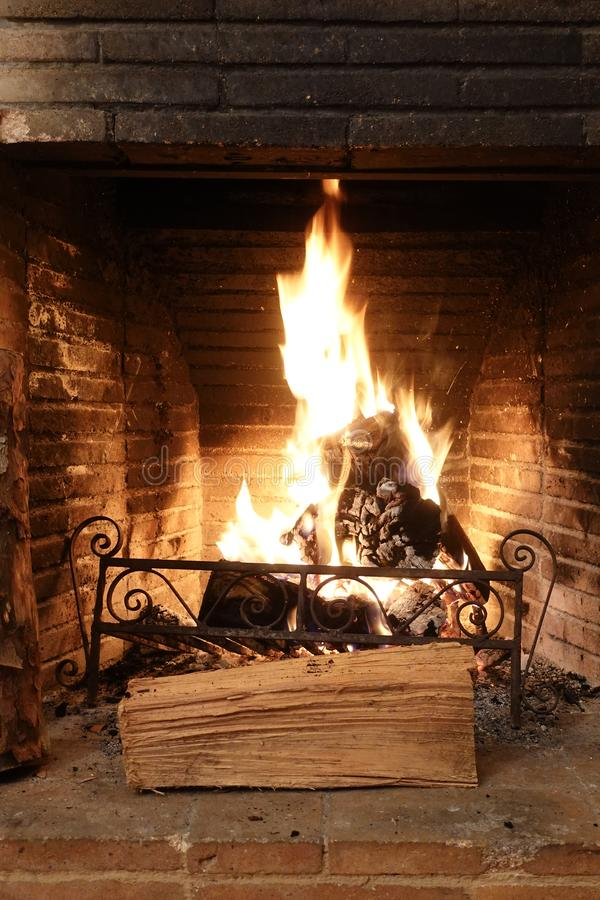 Ogień płonący w starym kominku z czarnymi cegłami zdjęcia royalty free