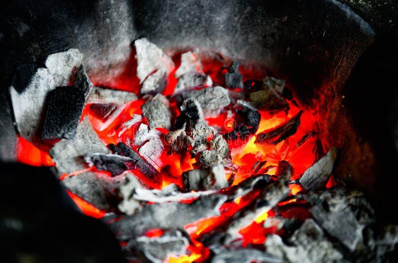 Ogień płonie z iskrami na węglach fotografia royalty free