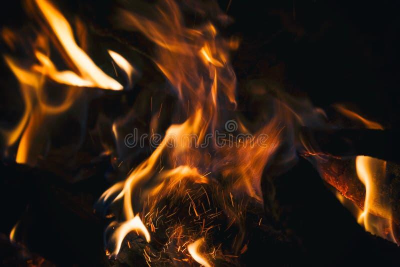 Ogień płonie zakończenie na ciemnym tle obraz royalty free