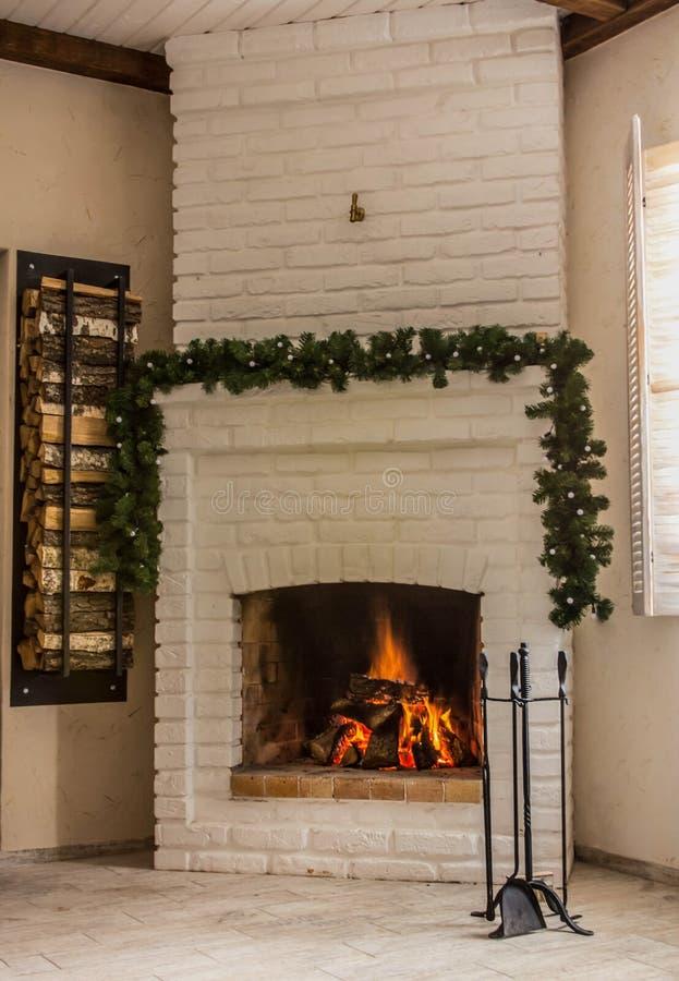 Ogień pali w grabie Jaskrawy wnętrze dom, świąteczny nastrój zdjęcie royalty free