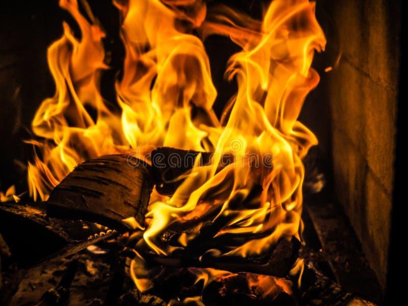 Ogień pali w grabie płonąca drewna obrazy stock