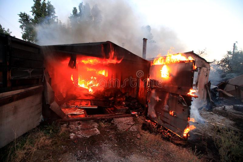 Ogień po tym jak skorupy uderzenie, Wojenny akcji żniwo, Ukraina i Donbass, kolidujemy obrazy royalty free