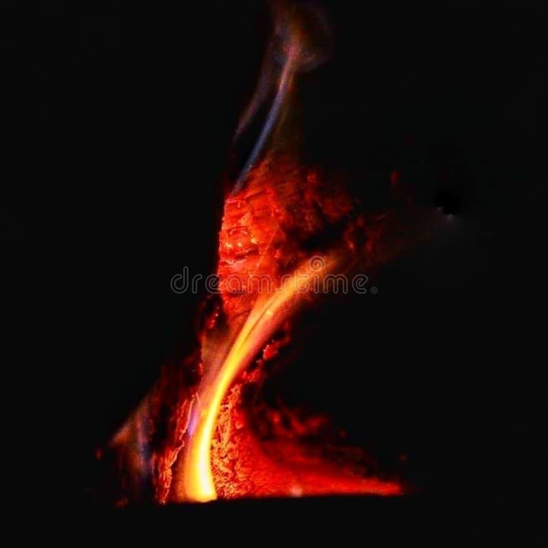 Ogień wśrodku drewnianej kuchenki zdjęcia royalty free