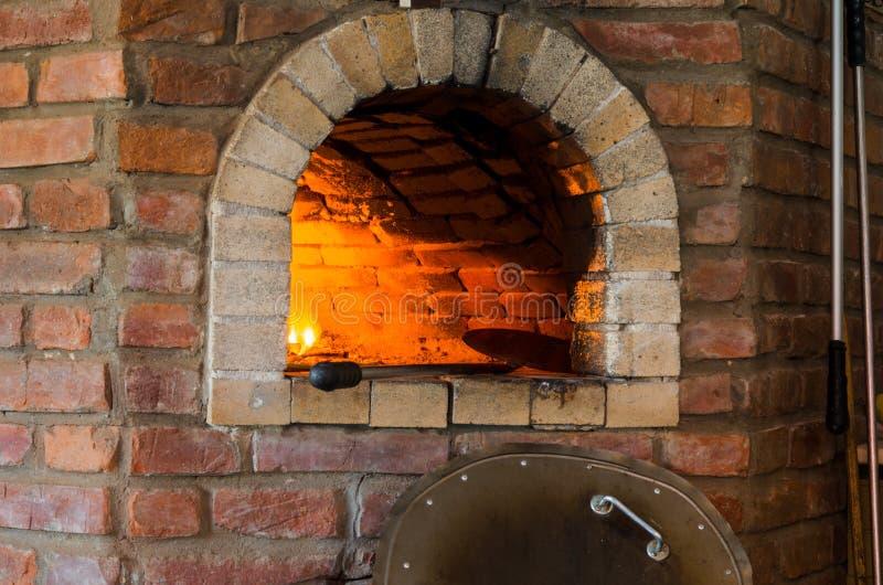 Ogień w kamiennym piekarniku obraz stock