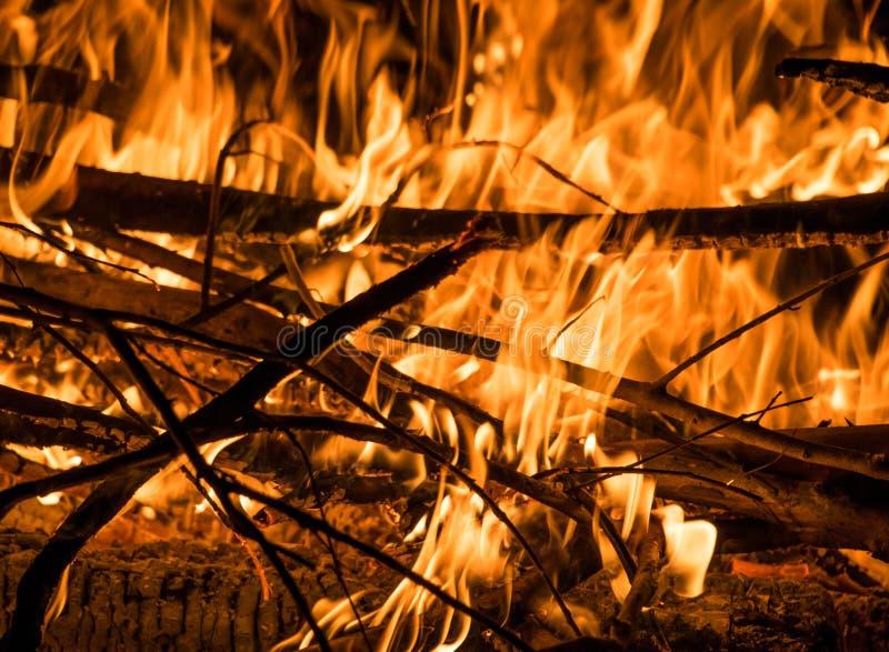 Ogień z płomieniami fotografia stock