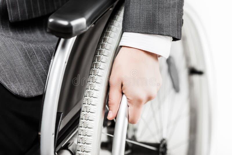 Ogiltig eller rörelsehindrad affärsman i svart dräktsammanträderullstol arkivbild