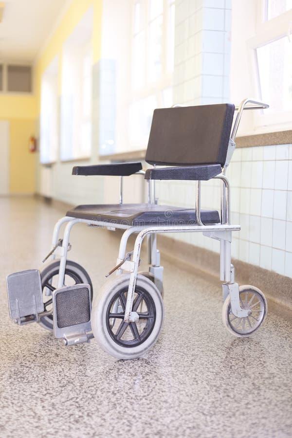 Ogiltig stol för sjukhus på sjukhuskorridoren arkivfoton