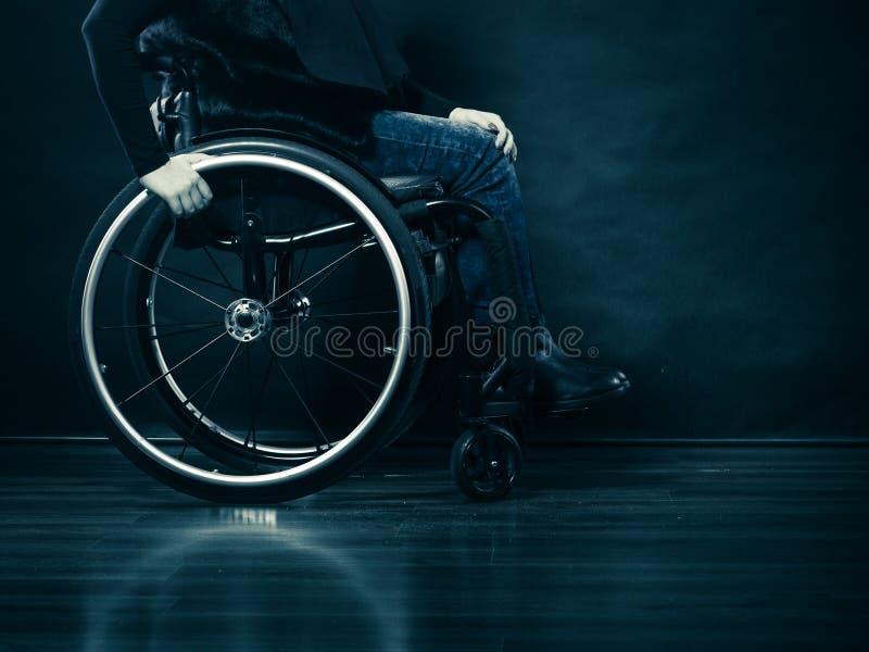 Ogiltigt flickasammanträde för kvinna på rullstolen royaltyfri bild