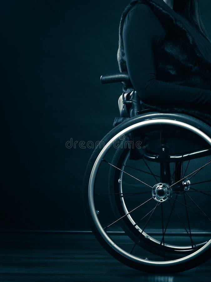 Ogiltigt flickasammanträde för kvinna på rullstolen arkivbilder