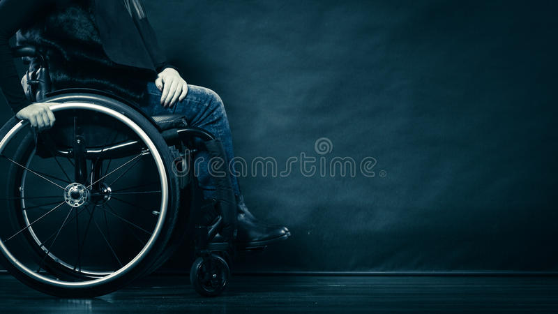 Ogiltigt flickasammanträde för kvinna på rullstolen royaltyfria foton