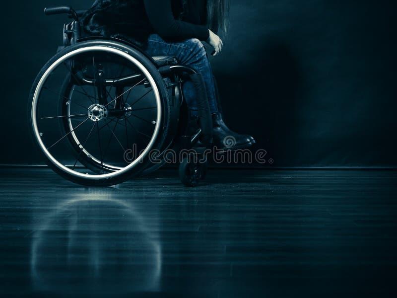 Ogiltigt flickasammanträde för kvinna på rullstolen royaltyfria bilder