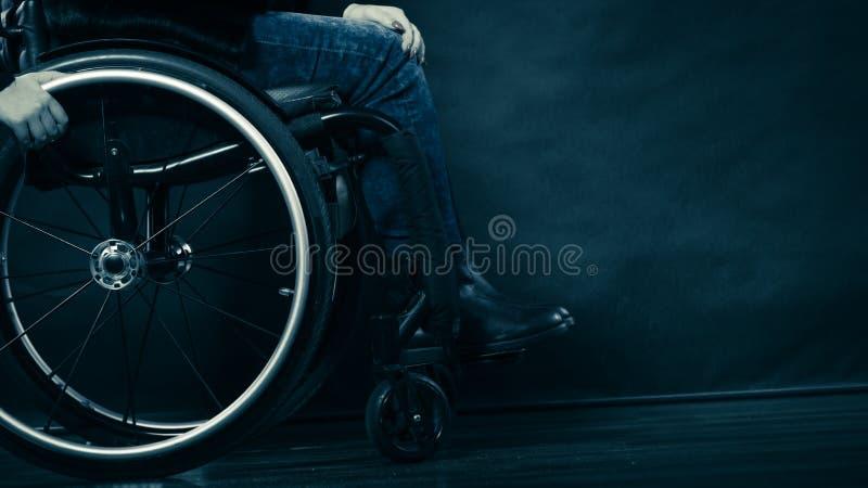 Ogiltigt flickasammanträde för kvinna på rullstolen arkivfoto