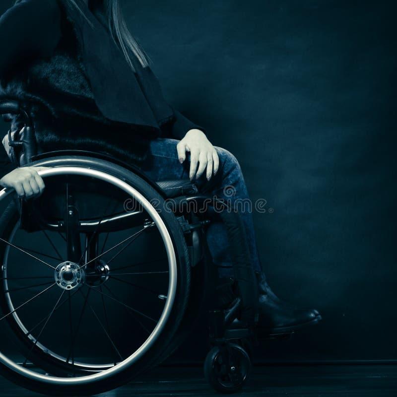 Ogiltigt flickasammanträde för kvinna på rullstolen arkivbild